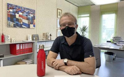 Er kennt seine Kollegen nur mit Maske
